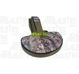 Housse souple verte et camouflage, prévue pour le rangement et le transport d'une arbalète équipée d'une lunette, comprenant également deux poches de rangement